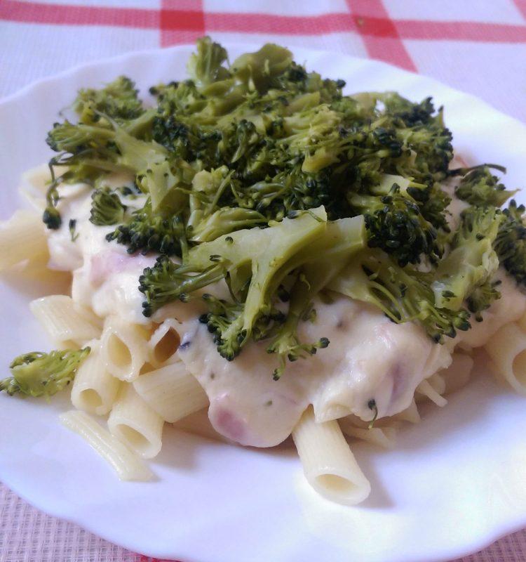 Těstoviny se sýrovou omáčkou a brokolicí
