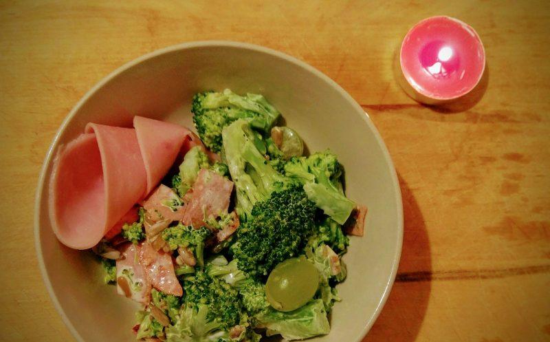 Brokolicový salát s hroznovým vínem