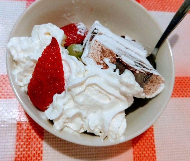 Pohár s ovocem a zmrzlinou