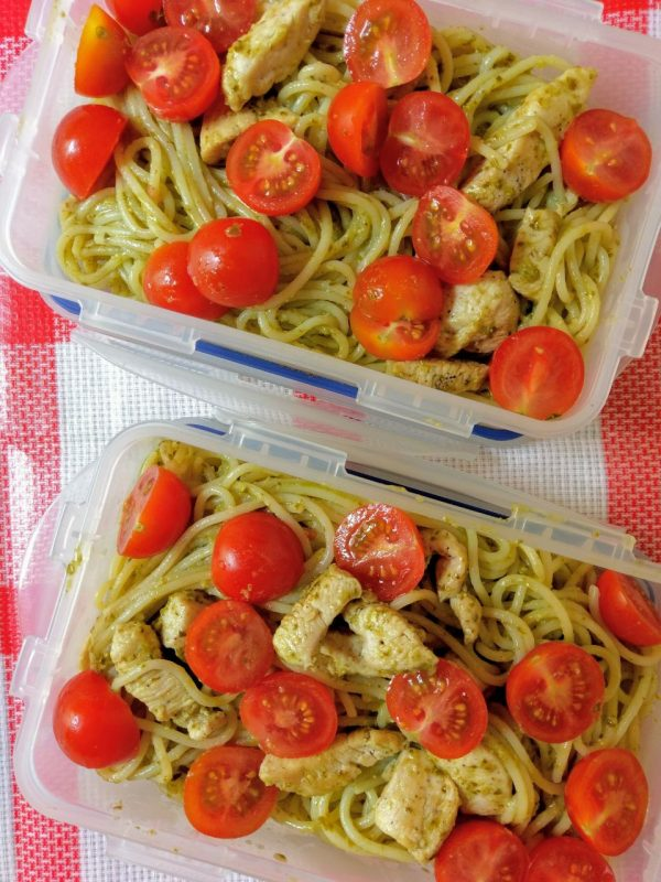 Těstoviny s pestem a rajčaty