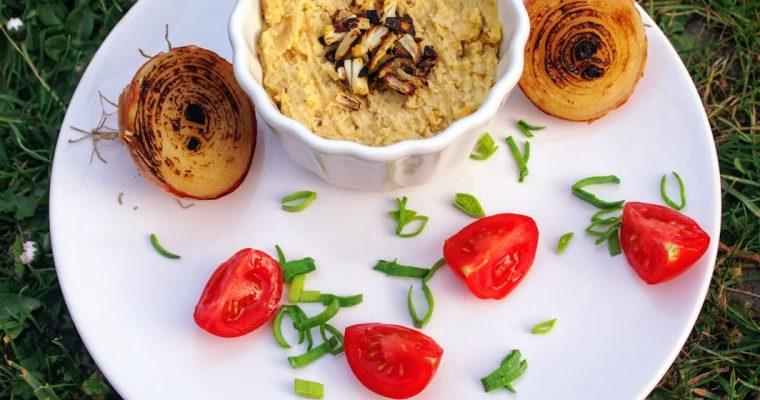 Hummus s karamelizovanou cibulkou